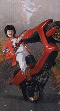 При різкому відкритті газу скутер може перевернутися