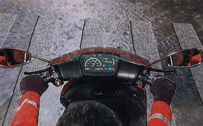 В дощ мокрі лінії розміток дуже слизькі: намагайтеся на них не наїжджати