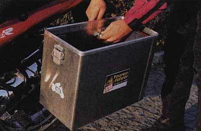 Металлическне кофры часто используются на мотоциклах эндуро.