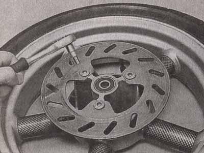 2.Снимаем диск с посадочного места ступицы.  Для снятия тормозного диска...